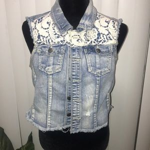 Vest / cropped with lace front.